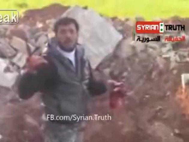 Na serveru LiveLeak je video ze Sýrie, na němž muž pojídá srdce člověka