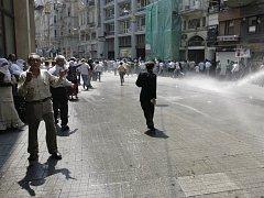 Turecká policie rozháněla v neděliv Istanbulu vodou demonstrující stoupence PKK. V pondělí PKK udeřila v provincii Erzincan.