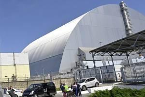 Nový ochranný kryt, který se rozkládá nad havarovaným čtvrtým reaktorem jaderné elektrárny Černobyl