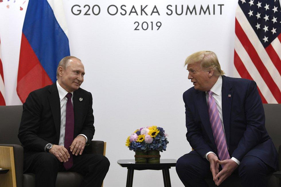 Americký prezident Donald Trump (vpravo) a jeho Vladimir Putin během schůzky na okraj na summitu G20 v Ósace.