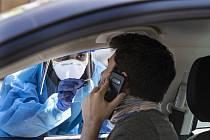 Odebírání vzorků pro testy na koronavirus v americkém Minneapolis, 27. dubna 2020