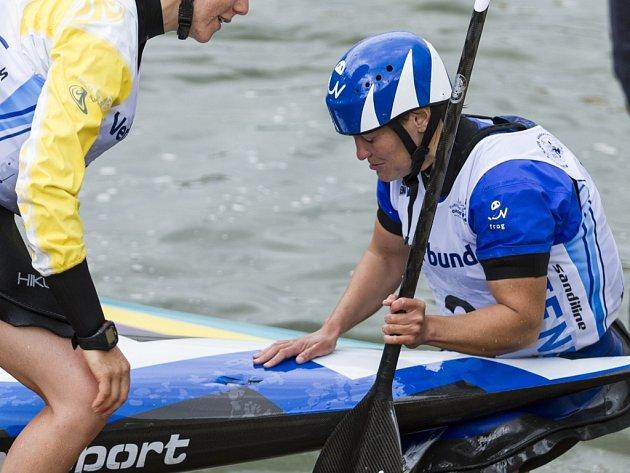 Kanoistka Kateřina Hošková kouká po bronzové jízdě na ME na díru v lodi.