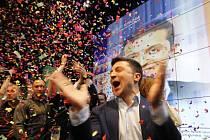 Volodymyr Zelenskyj slaví výsledky druhého kola voleb