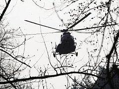 Vrtulník donesl mostní konstrukci do soutěsek Kamenice.