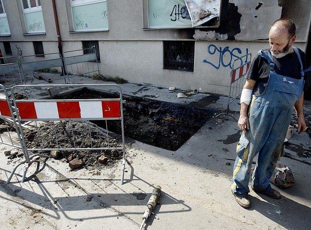 Výbuch plynu popálil jednoho plynaře.