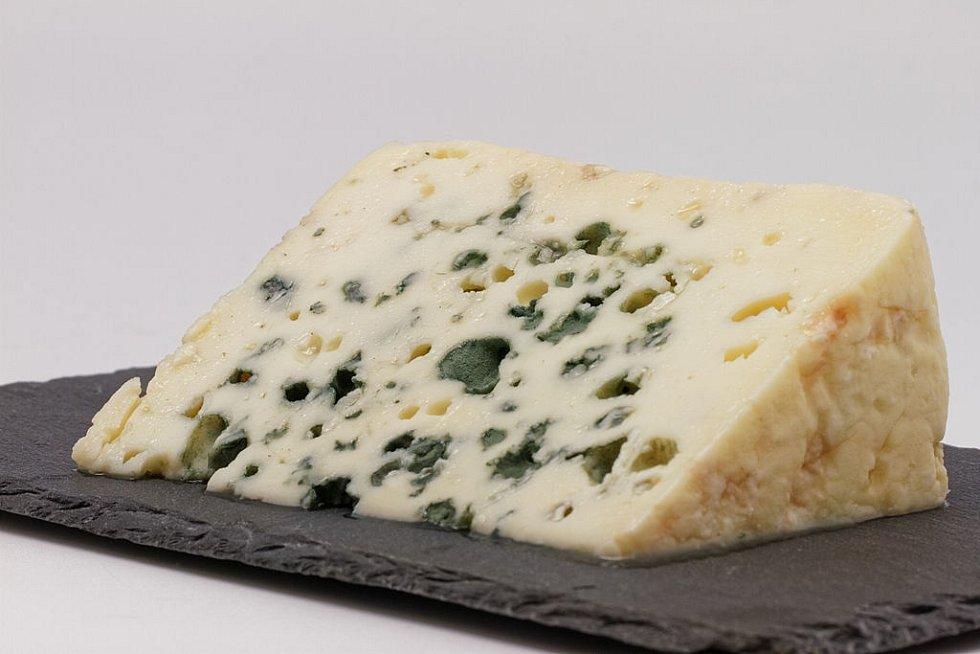 Čeští zákazníci zaměňují Roquefort někdy s Nivou, kvůli podobnému vzhledu i aroma. Na snímku originální Roquefort z oblasti Aveyron