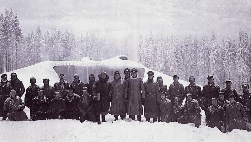 V zimě 1939/1940 zkoušela německá armáda na tvrzi Hanička své nově vyvinuté střely. Dnes je originál i zdařilá kopie munice Röchling ráže 150 mm k vidění ve vstupním objektu muzea. Snímek pochází z knihy Karsten Porezag, Geheime Kommandosache, vydáno 1997