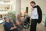 Hejtman Petr Bendl při návštěvě Domova důchodců  v Příbrami.