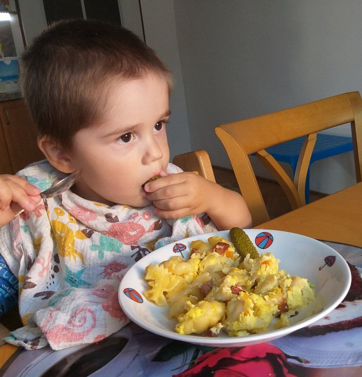 Šunkofleky - Uvaříme těstoviny ve slané vodě. Nakrájíme párek, točeňák, salám (cokoliv, co zrovna doma máme). Můžeme použít i uzené maso. Uzeninu necháme na chvíli v troubě propéct. Smícháme s těstovinami. Zalijeme vajíčkem. Osolíme a pečeme.