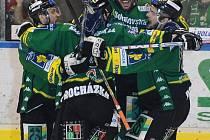 Karlovy Vary - Slavia; domácí hráči slaví trefu do sítě Slavie.