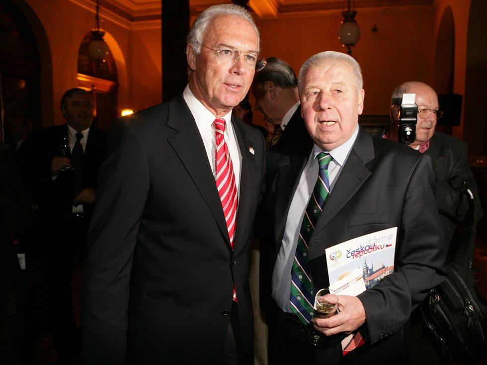 Český fotbal opustila legenda. Josef Masopust na setkání s Franzem Beckenbauerem v roce 2006