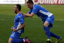 Antonín Fantiš (vlevo) a Vlastimil Stožický z Baníku oslavují gól do sítě Jihlavy.
