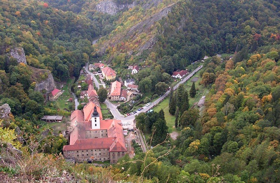 Svatý Jan pod Skalou. Významné poutní místo, malebnou osadu vúdolí mezi bílými skalami, obtéká potok Loděnice.