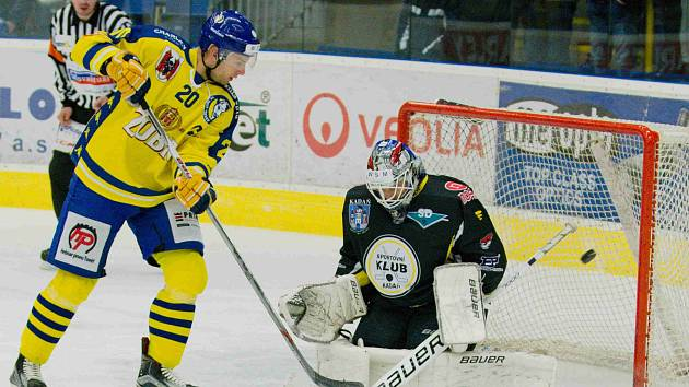 Hokejisté Přerova (ve žlutém) v utkání proti Kadani.