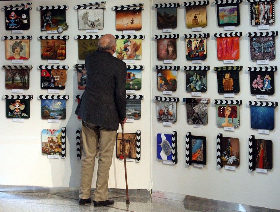 17. Minisalon Filmové klapky. V Divadle Hybernia je vystaveno 125 klapek a každá je od jiného autora. Na snímku si klapky prohlíží režisér Václav Vorlíček.