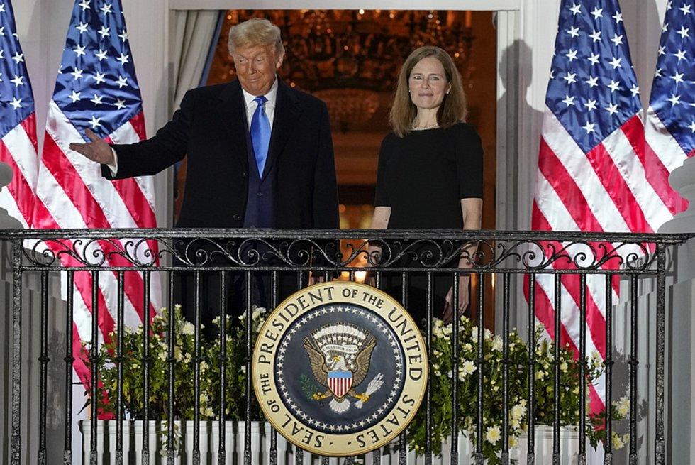 Americký prezident Donald Trump a Amy Coneyová Barrettová na balkoně Bílého domu poté, co Senát schválil nomonaci Barrettové do nejvyššího soudu, 26. října 2020