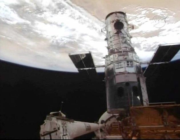 Hubbleův teleskop, posazený na nákladové části raketoplánu Atlantis.