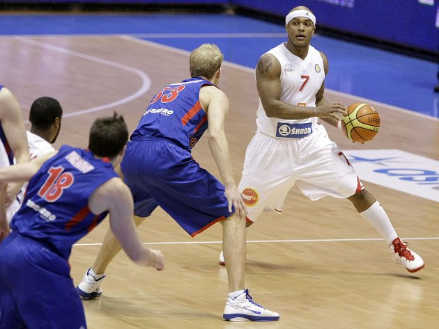 Basketbalisté Nymburku (v bílém) porazili CSKA Moskva.