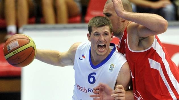 Pavel Pumprla (vlevo) se snaží prosadit proti Maďarsku.