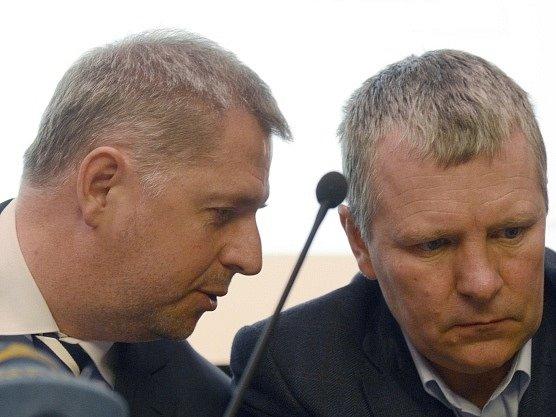 Ministr zemědělství Petr Bendl (vlevo) a předseda Asociace soukromého zemědělství Josef Stehlík prezentovali 12. března na tiskové konferenci v Praze hospodářské výsledky v zemědělství v roce 2012.