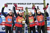 Štafeta bitalonistek Norska (zleva) Marte Olsbuová Röiselandová, Tiril Eckhoffová, Ingrid Landmarková Tandrevoldová, Karoline Offigstadová Knottenová se raduje z vítězství v závodu Světového poháru v Hochfilzenu