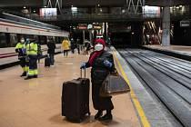 Lidé na nástupišti vlakového nádraží v Madridu 16. března 2020