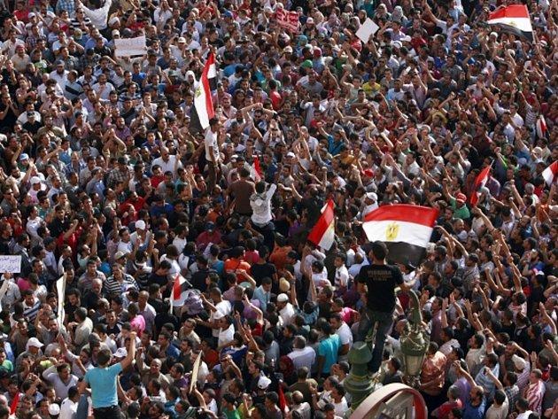 Tisíce lidí zaplavily ulice egyptské metropole Káhiry a dalších měst na protest proti podle nich mírnému rozsudku doživotního vězení pro exprezidenta Husního Mubaraka.