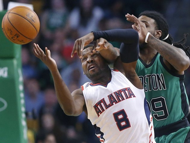 Shelvin Mack z Atlanty (vlevo) a Jae Crowder z Bostonu.