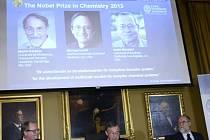 Letošní Nobelovu cenu za chemii získali Američané Martin Karplus, Michael Levitt a Arieh Warshel za vývoj počítačových programů sloužících k porozumění složitým chemickým procesům.
