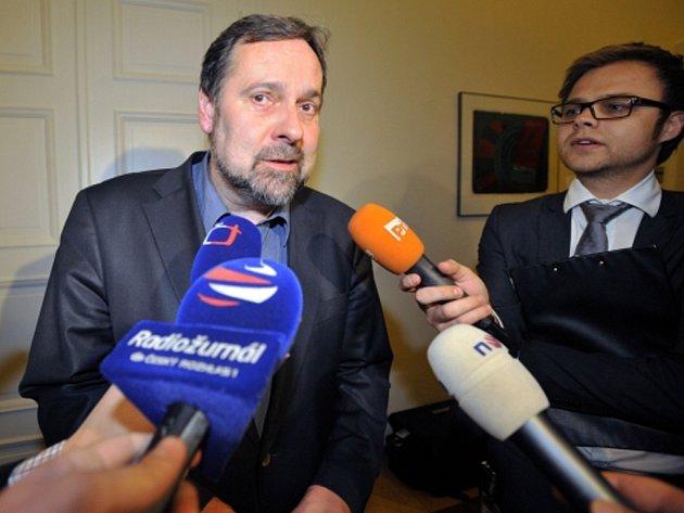 Předseda Věcí veřejných (VV) Radek John hovoří s novináři po zasedání výkonné rady VV.