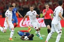 Rozhodčí William Collum (v červeném) řídil zápas Francie - Albánie.