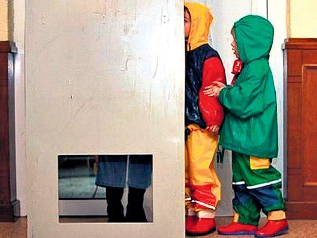 Německé děti sledují maminku, jak volí za plentou.