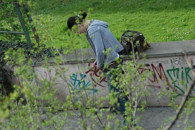 Oblíbeným místem pražských narkomanů je park vedle Národního muzea