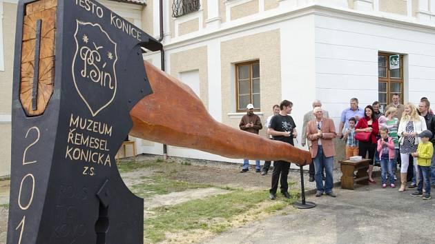 V Konicích uvidíte největší tesařskou sekeru