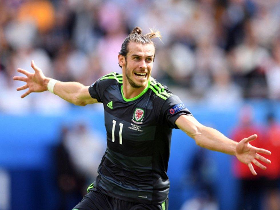 Gareth Bale z Walesu se raduje z gólu proti Anglii.