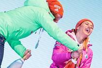 Gabriela Koukalová (vpravo) a Laura Dahlmeierová se snaží na stupních vítězů otevřít šampaňské.