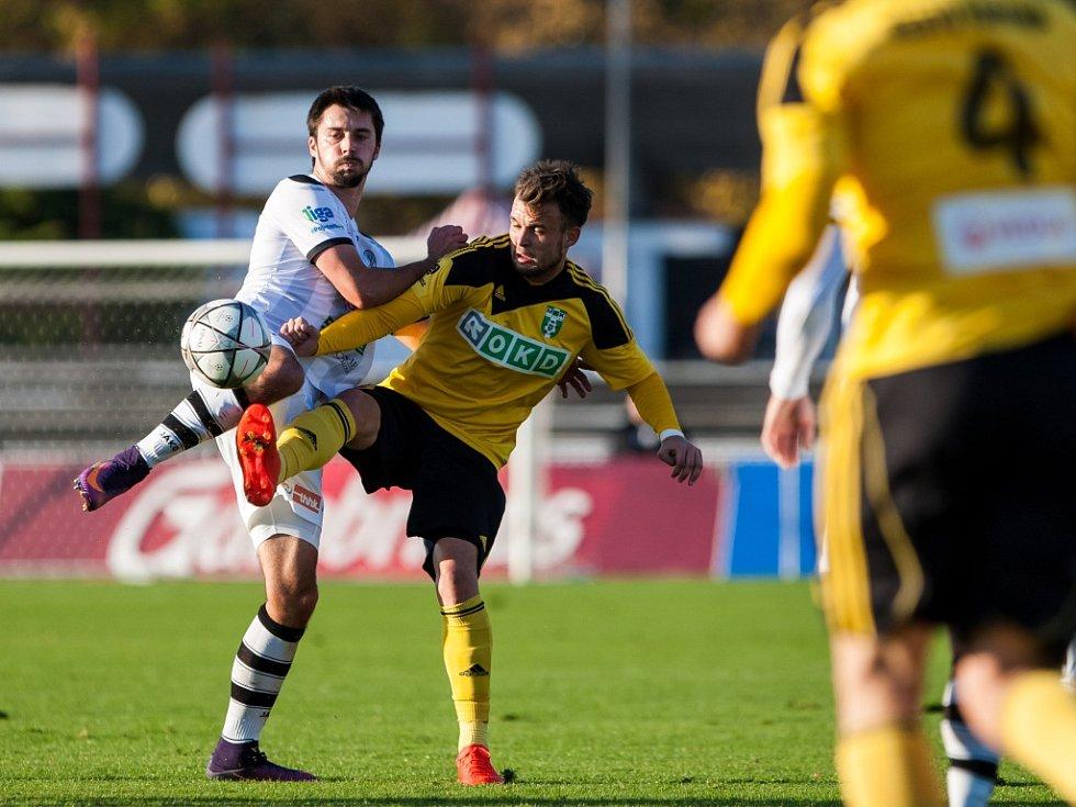 Fotbalisté Karviné (ve žlutém) proti Hradci Králové.