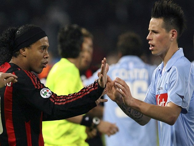 Slovenský talent v dresu Neapole Marek Hamšík (vpravo) v rozporu s Ronaldinhem z AC Milán.