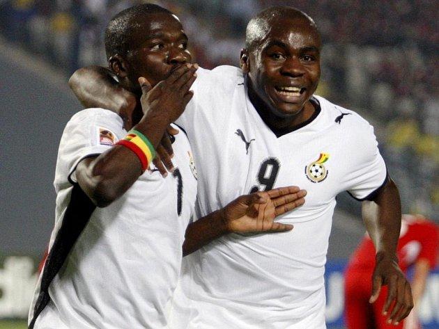 Abeiku Quansah z Ghany (vlevo) oslavuje svůj gól proti Maďarsku se spoluhráčem Opoku Agyemangem.
