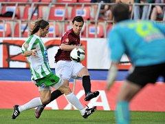 Hráč Sparty Jiří Kladrubský se snaží prosadit v duelu s Bohemians Praha.