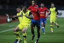 Opora Sparty Tomáš Řepka (vlevo) kontroluje míč před Markem Bakošem Plzně.