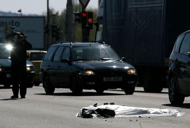 Tragická dopravní nehoda na pražské ulici v Českých Budějovicích. Kamion tam srazil chodkyni, ale nevěděl o tom, tak ji dotáhl o cca 700 netrů dál