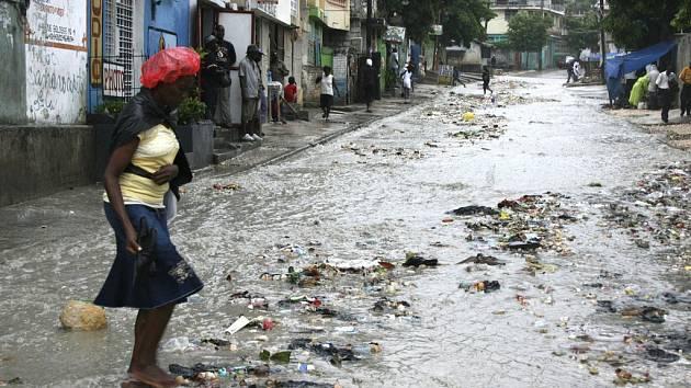 Žena sleduje spoušť po hurikánu Gustav na ulici haitského Port-au-Prince.