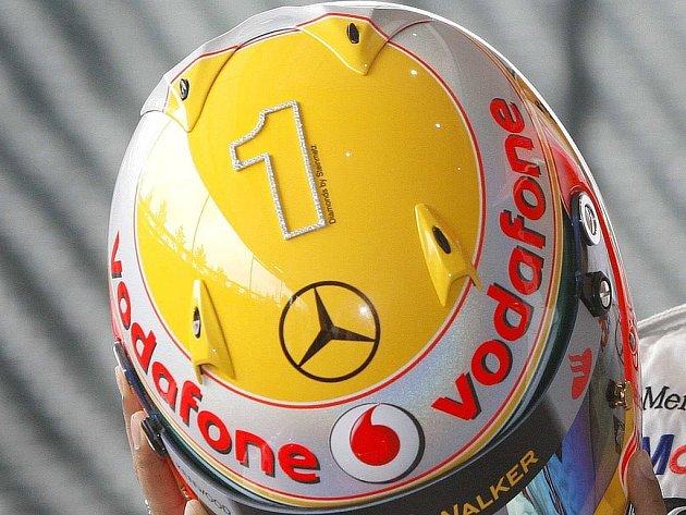 Pilot stáje formule 1McLaren Lewis Hamilton odstartuje do Velké ceny Monaka s helmou posetou diamatny, které tvoří číslici 1.