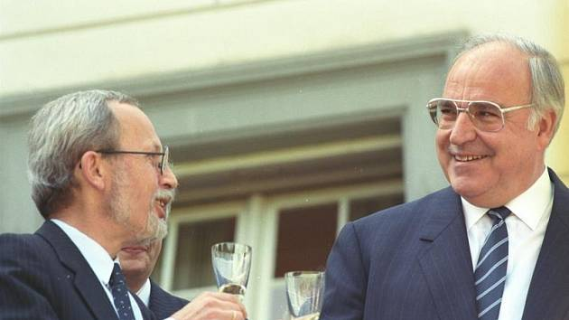 Západoněmecký kancléř Helmut Kohl a předseda východoněmecké vlády Lothar de Maiziere si 18. září 1989 připíjejí po podpisu Státní smlouvy mezi SRN a NDR o hospodářské, měnové a sociální unii