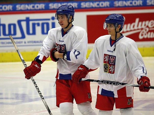 Hokejový reprezentant do dvaceti let Bohumil Jank (vlevo).