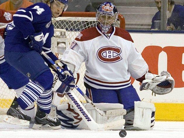 Brankář Montrealu Carey Price odráží útok Michaila Grabovského z Toronta.
