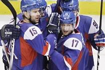 Slovenští hokejisté gratulují Ľudomíru Višňovskému (17) ke gólu proti Kanadě na olympijských hrách.