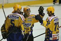 Extraligoví hokejisté Zlína se radují z branky.