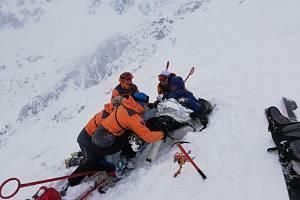 Slovenská horská služba připravuje na transport zraněnou českou turistku.